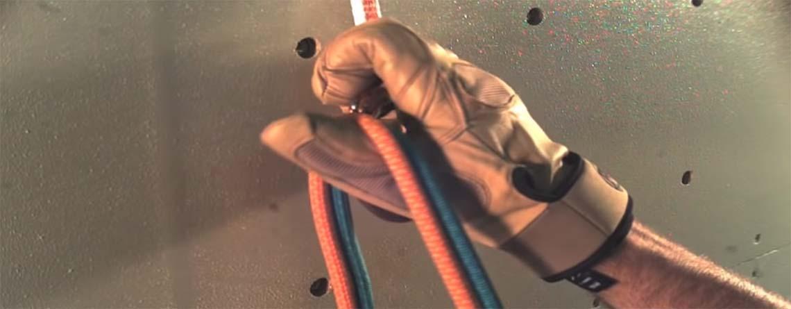 Lezec zapíná lano do karabiny