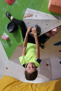 Niki na boulderovce na Třináctce
